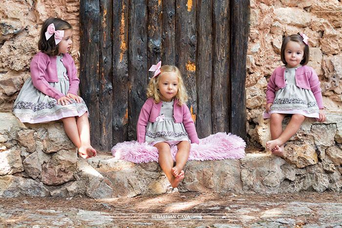 Tres niñas con vestidos de niña Mikos en el bosque