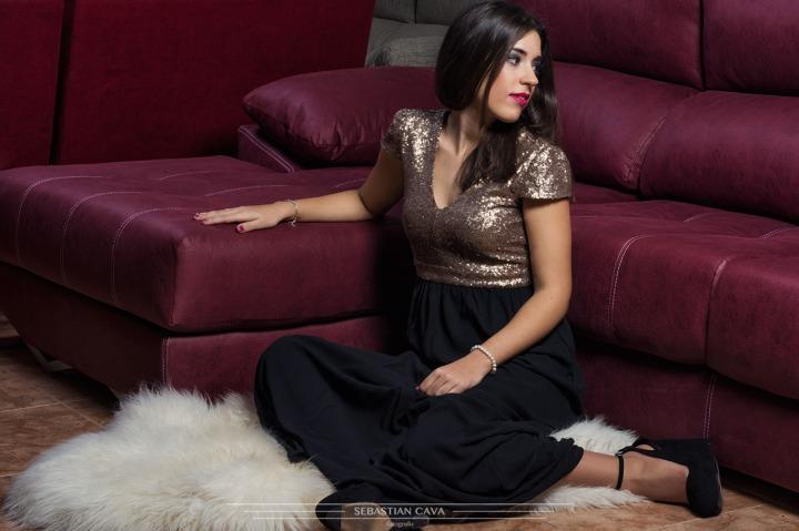 Fotografía modelo apoyada en sofá burdeos de cuero Murcia