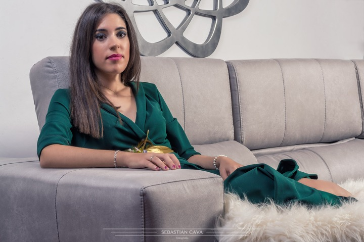 Fotografía mujer modelo sofá gris moderno Murcia
