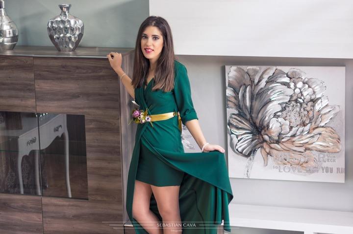Fotografía chica modelo junto a muebles Paco Montalban
