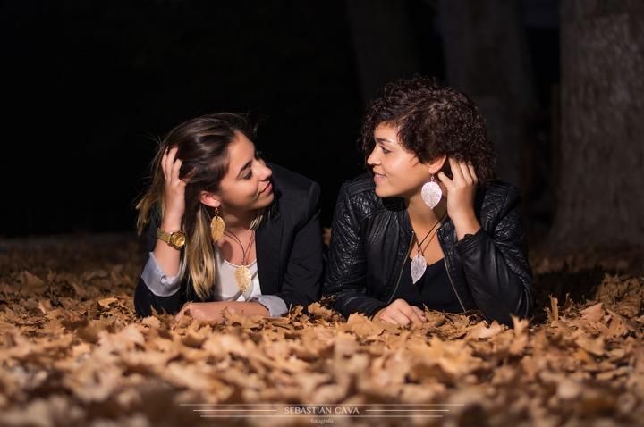 Fotografia 2 modelos acostadas pendientes hojas otoño