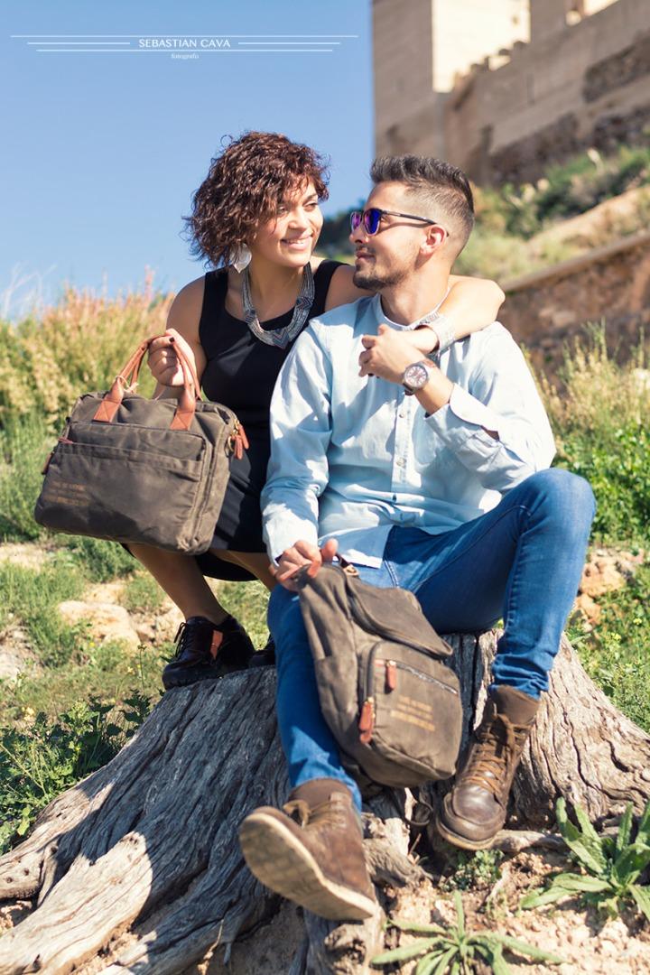 Fotografia hermanos posando bolsos castillos Alhama de Murcia