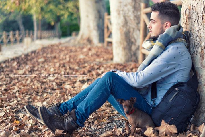Fotografia chico apoyado a árbol ojos otoño