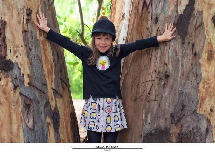Foto niña entre arboles posando ropa pay2 moda