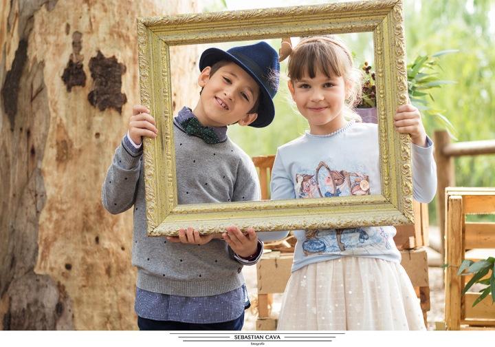 Dos niños ropa pay2 moda infantil posando con cuadros en bosque