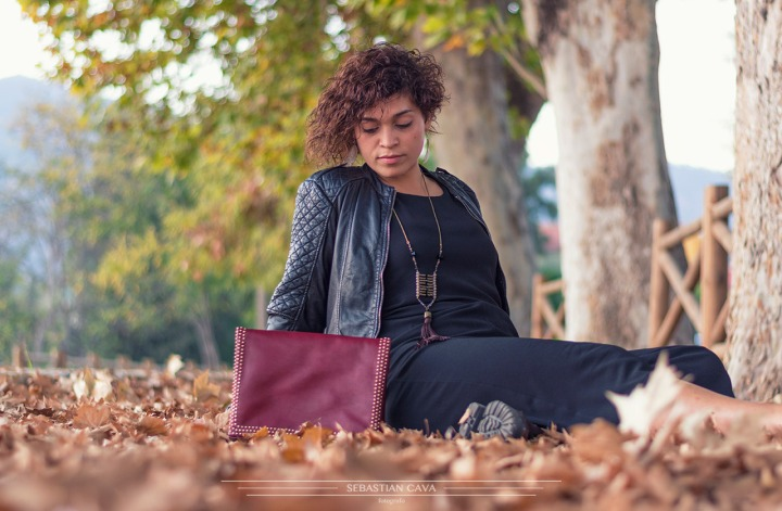 fotografia modelo con bolso junto a ojos de otoño