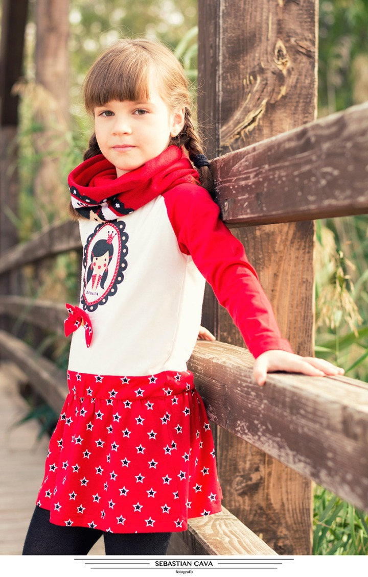 Fotografia niña posando ropa de moda en puente contrapartida Murcia