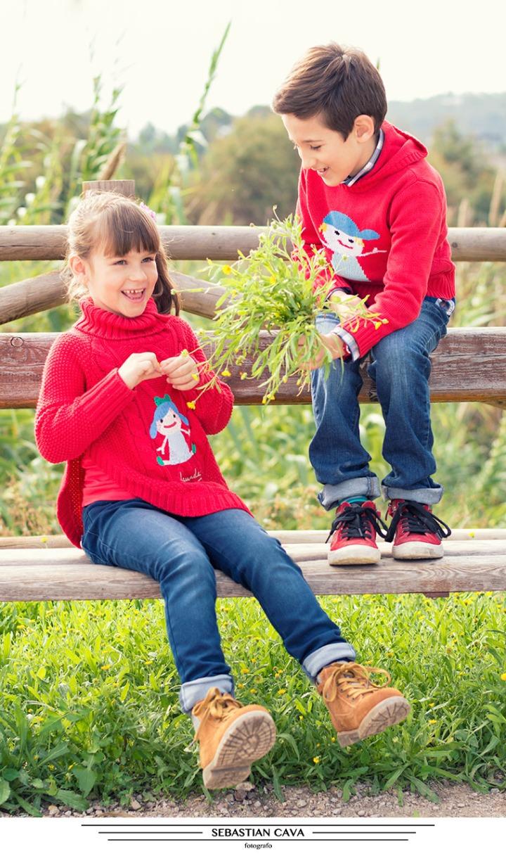 Fotografia niños ropa moda posando en banco