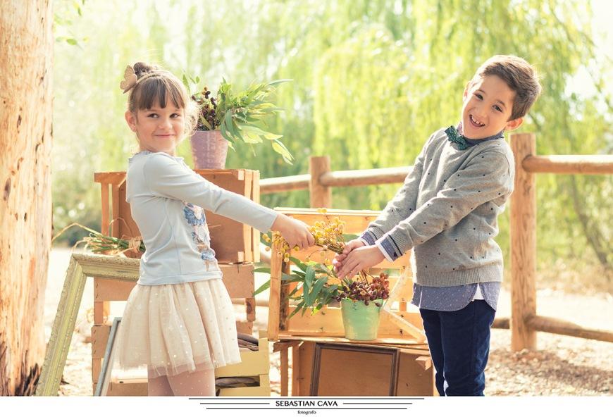 Fotografia dos niños posando en bosque Murcia