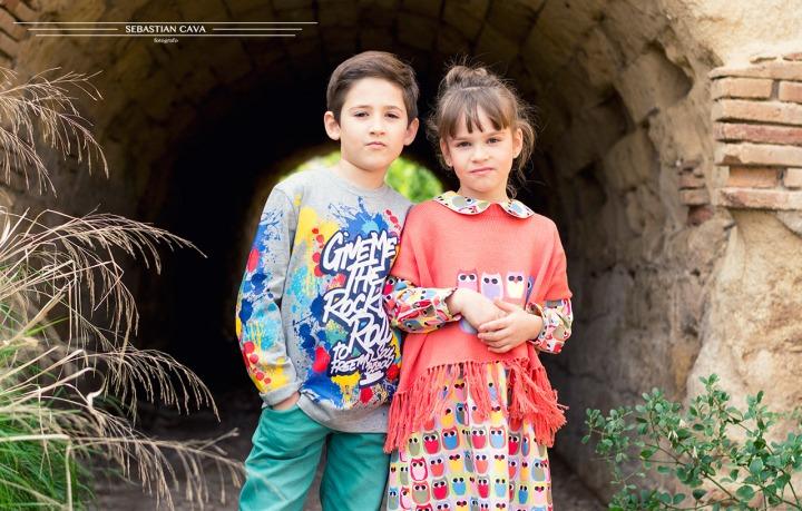 Fotografia moda, dos niños posando en un túnel