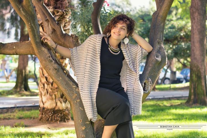 Fotografia chica posando junto a árbol con poncho moda