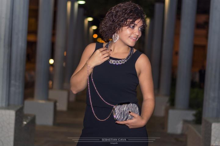 Fotografia chica posando de noche bolso de noche moda