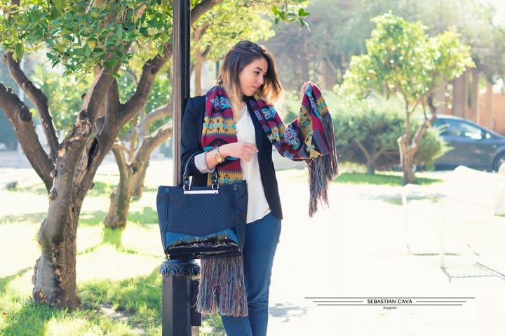 Fotografia chica junto farola con bufanda y bolso moda Murcia